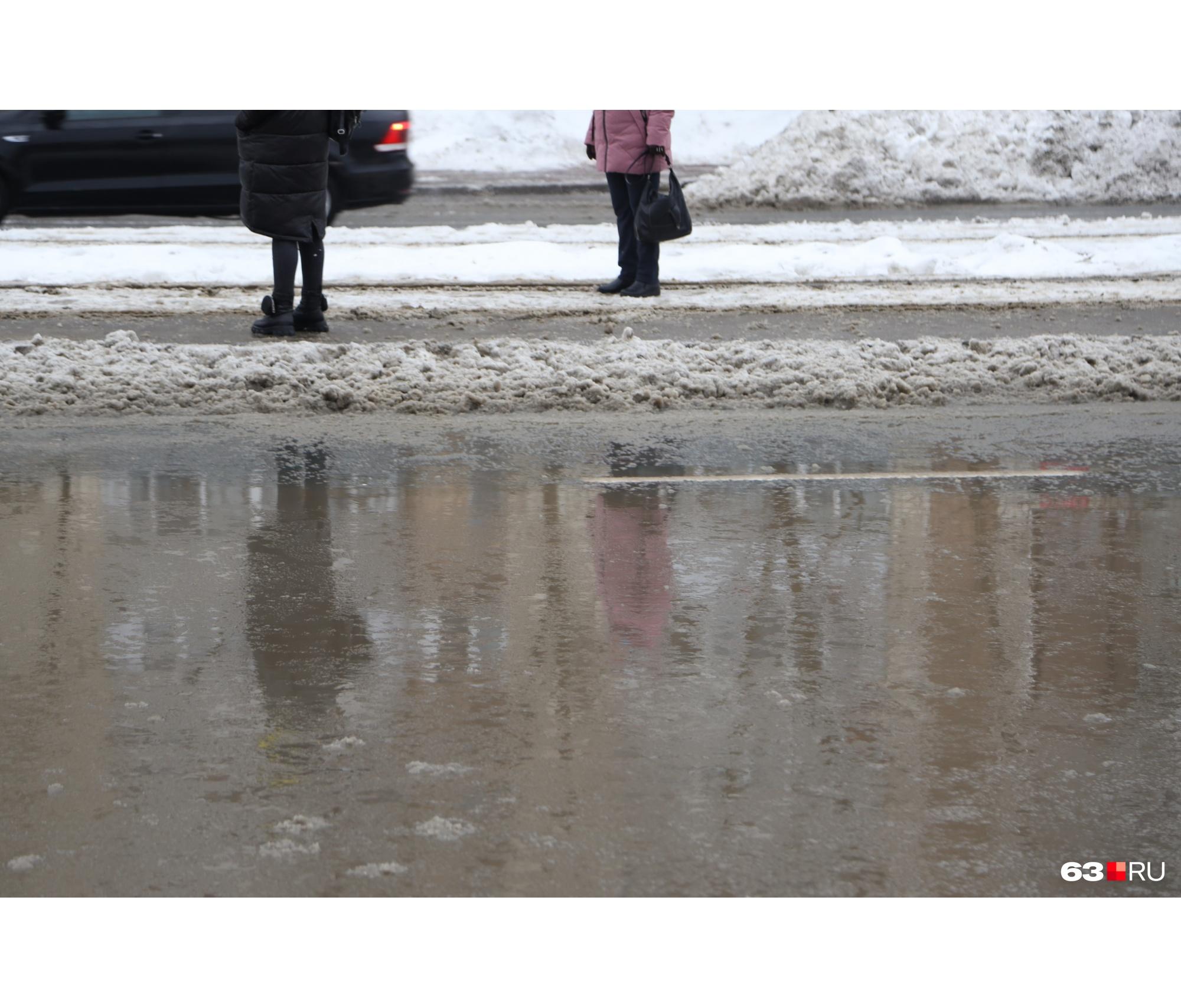Пешеходам лучше надеть резиновые сапоги
