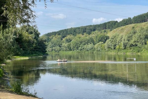 Местные жители знают, что купаться в Ине опасно, но все равно заходят в реку с детьми
