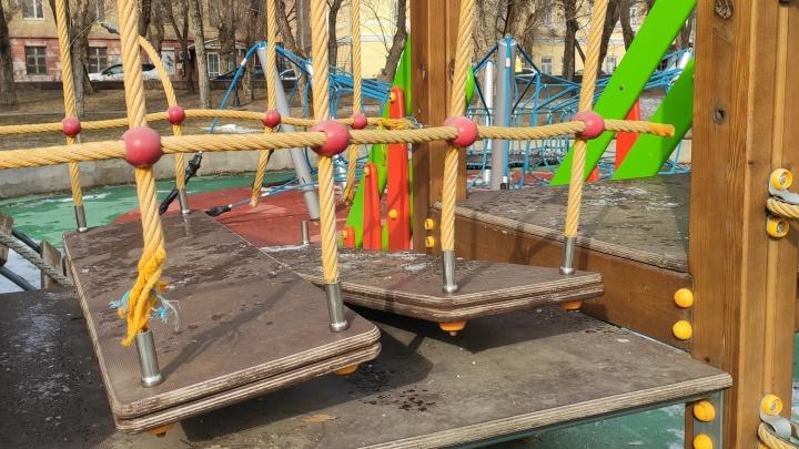 Играли явно не дети: на набережной Волгограда «покалечили» новую детскую площадку