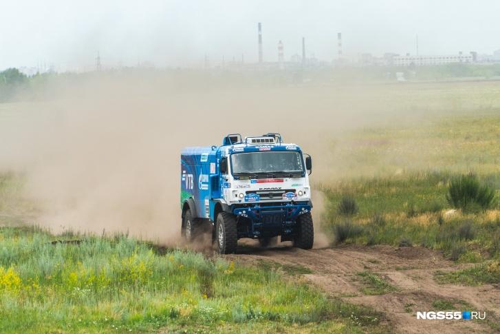 На полигоне танкового института КАМАЗы удивляли зрителей своей скоростью
