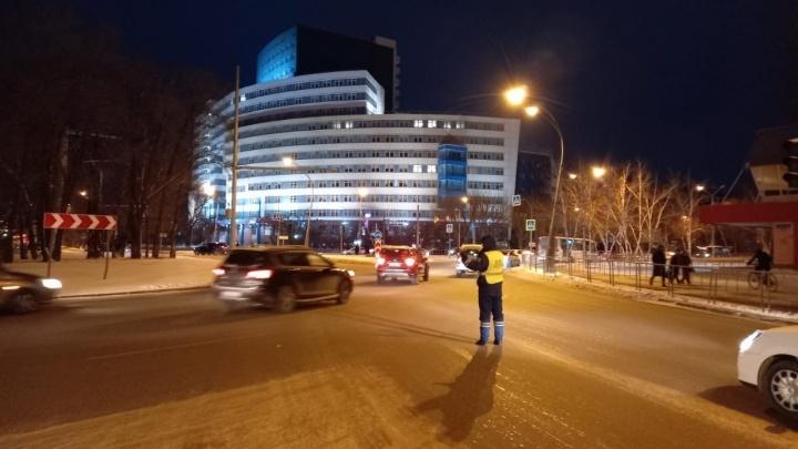 Водителю стало плохо за рулем: мужчина снес светофор на Мельникайте