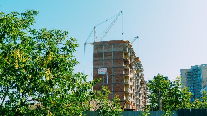 «Что здесь строят?»: у метромоста реанимировали многоэтажку, замороженную 9 лет назад