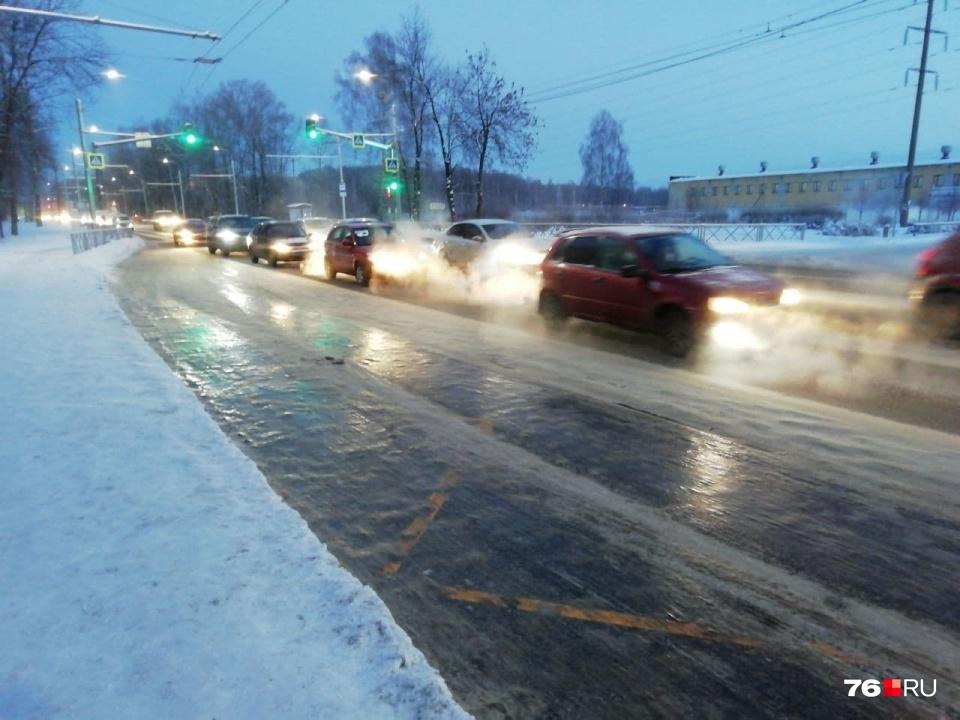 """Ледяная дорога у остановки. Автобусам приходится тормозить <a href=""""https://76.ru/text/transport/2021/01/12/69689946/"""" target=""""_blank"""" class=""""_"""">колесами о бордюр</a>"""