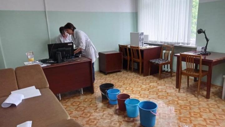 «Работать в таких условиях невозможно»: в Челябинской области протекла крыша больницы