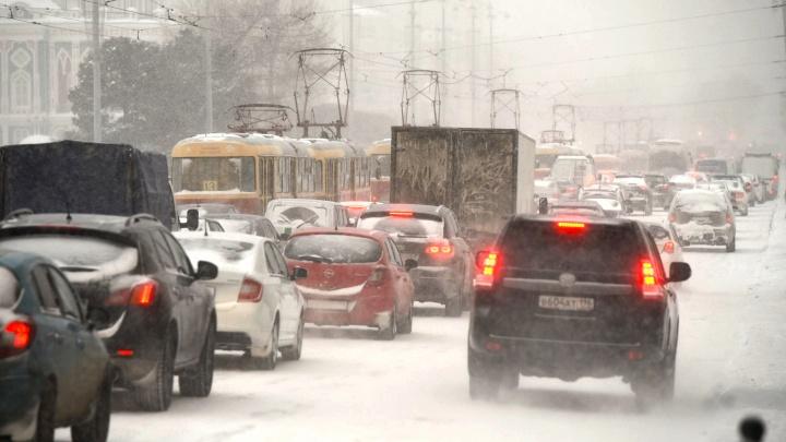 «Мэрия хочет облегчить себе работу»: нормально ли просить автолюбителей отказаться от машин в снегопады?