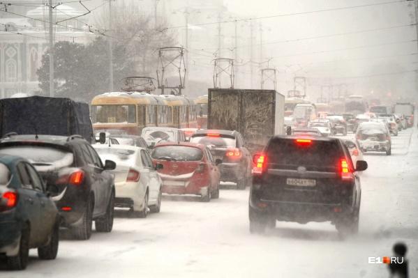 На протяжении последних недель жители Екатеринбурга жалуются на не чищенные дороги