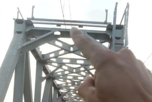В Адыгее девочка ночью залезла на ж/д мост и получила удар током, она в тяжелом состоянии