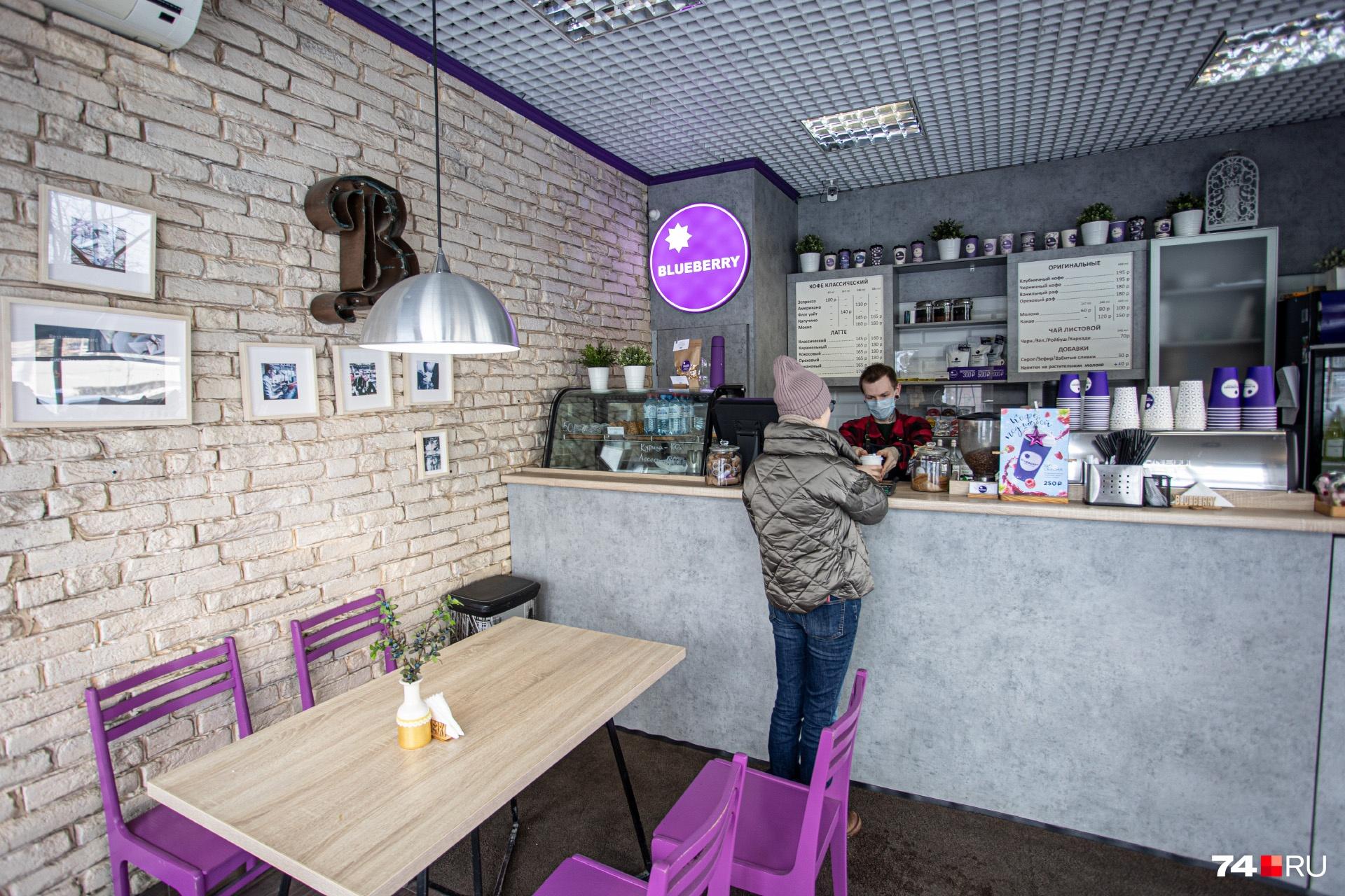 Сейчас в Blueberry сделали ставку на большие стационарные кофейни — их две: на проспекте Ленина и в ЖК «Ньютон»