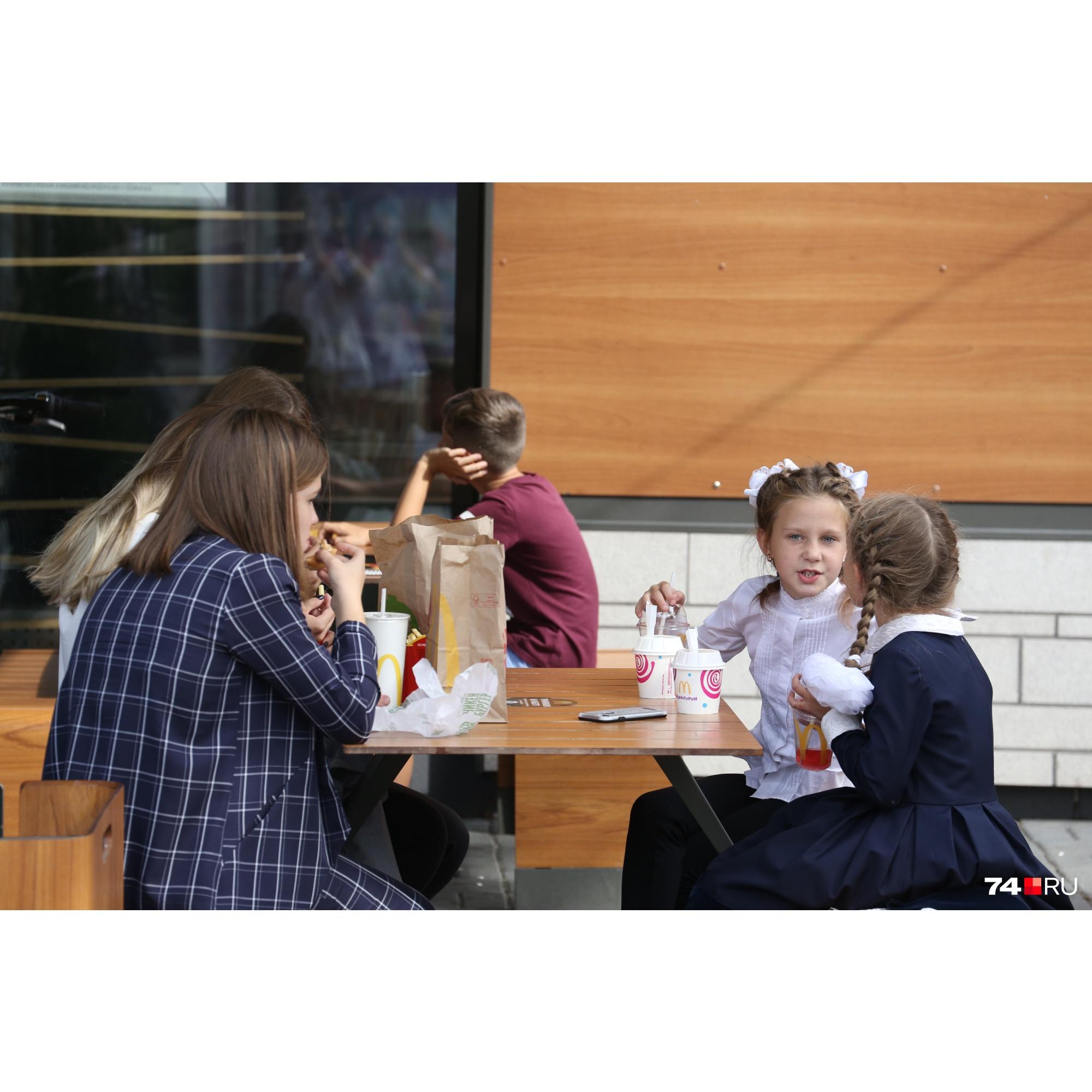 Разбирать фастфуд по молекулам мы не стали, зато исследовали другую популярную у детей еду