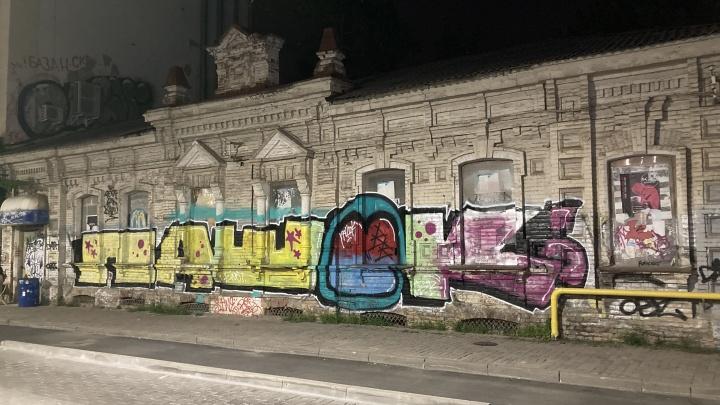 «Пусть с родителями отмывают». В Краснодаре задержали четырех граффитистов