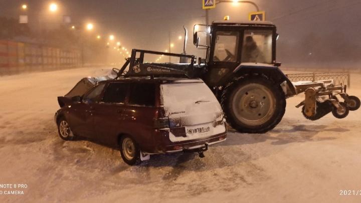 «Он выехал на красный»: в Екатеринбурге водитель, протаранивший трактор, разыскивает очевидцев ДТП