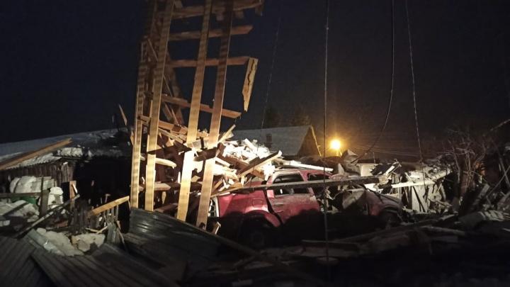 «Гараж в щепки»: в Енисейске взорвался автомобиль с газовым баллоном, пострадал водитель