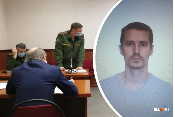 Военный следователь Сергей Диденко (в военной форме справа) три раза отправлял Олега на психиатрическую экспертизу