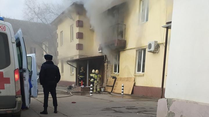 В старой части Волжского загорелась гостиница «Островок». Двое пострадавших