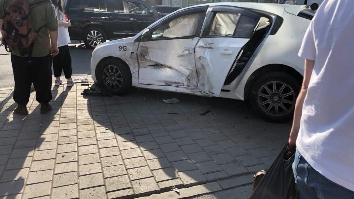 «Машина влетела в такси, такси влетело в толпу»: возле «Гринвича» столкнулись две иномарки