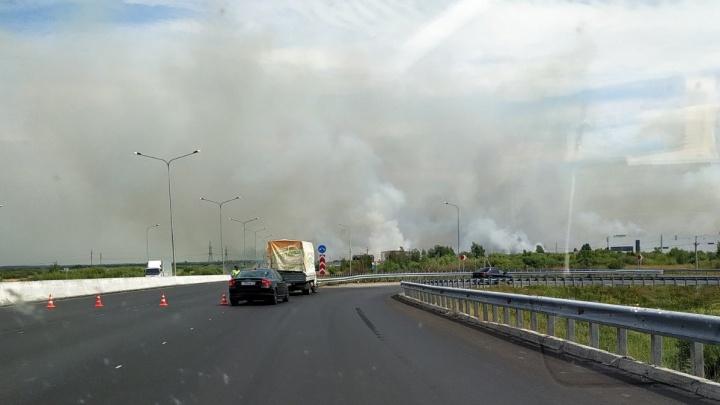 В Тюмени из-за сильного пожара перекрыли часть объездной дороги