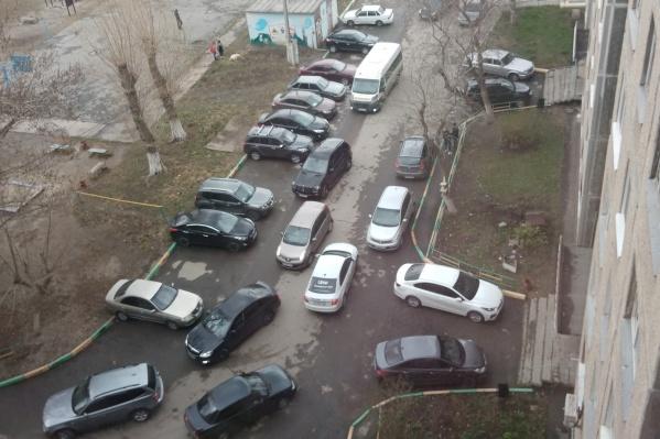 Дворы вдоль Комсомольского проспекта превратились в городские магистрали