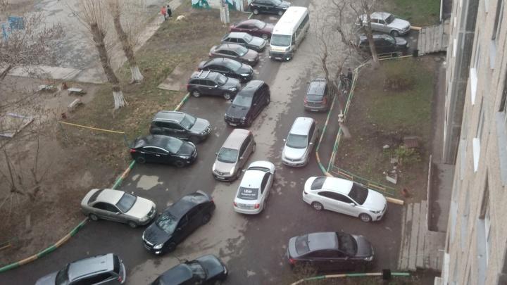 В Челябинске маршрутные такси устроили транспортный коллапс во дворах многоэтажек из-за ремонта перекрестка