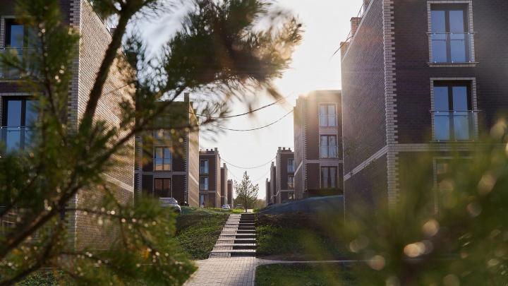 Вместо двора — сад с зоной для отдыха: где купить квартиру с террасой на крыше и лесной тропой у дома