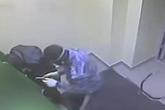 В Сургуте двое грабителей из Екатеринбурга попытались взорвать банкомат. Видео