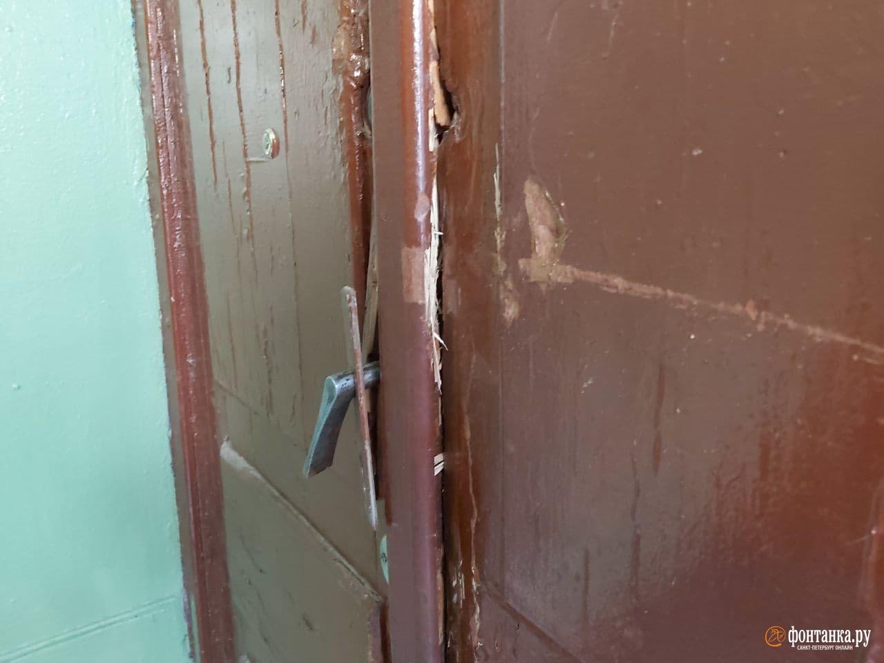 Спецназ сломал дверь перед обыском в мастерской