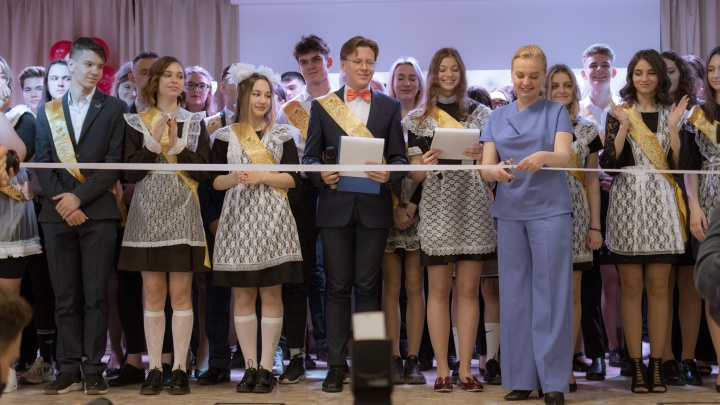 В Новосибирске начались последние звонки — фоторепортаж с торжественной линейки одной из лучших школ города
