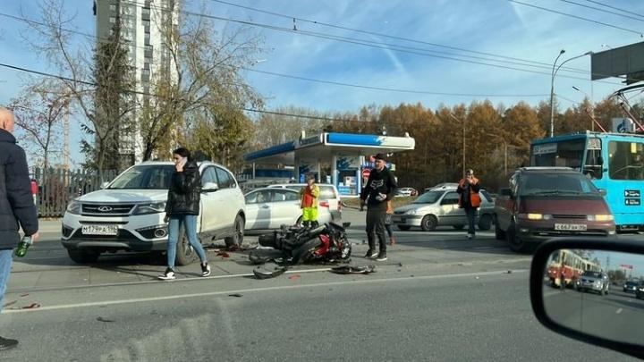 «Лежит на асфальте с переломами». На улице Малышева километровая пробка из-за ДТП с мотоциклистом