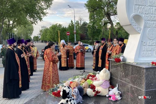 Люди собрались в конце Красной около Поклонного креста
