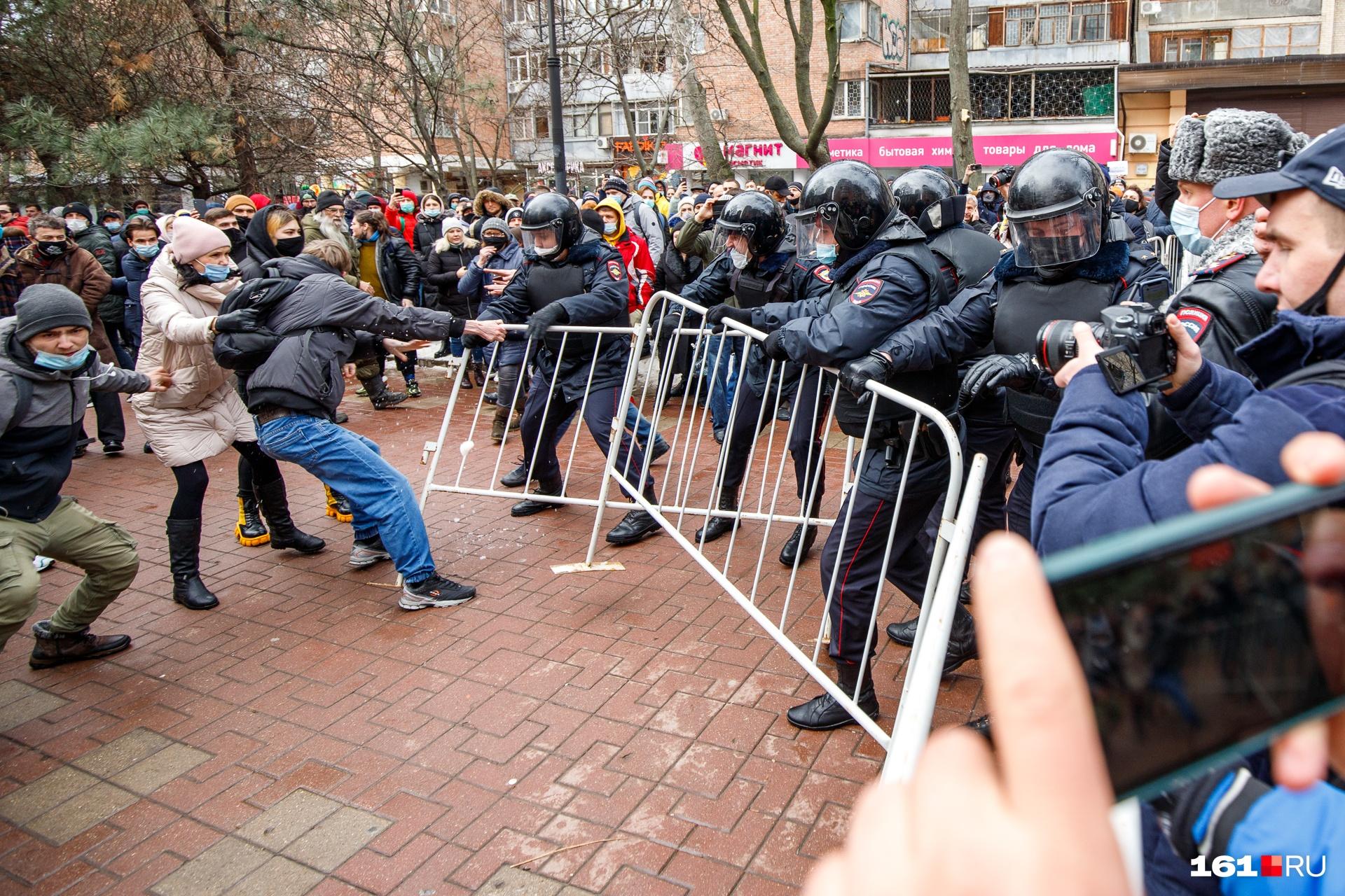 Митингующие попробовали прорвать кордон на Пушкинской