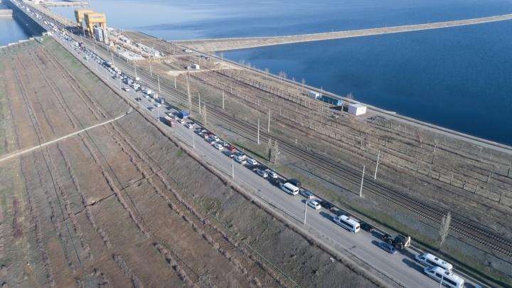 Ищите объездные пути: на плотине Волжской ГЭС образовалась почти четырехкилометровая пробка