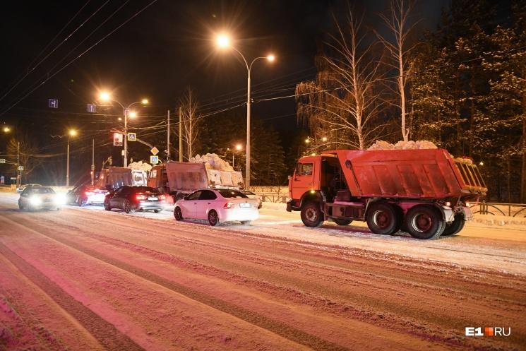 Дорога КАМАЗа со снегом до полигона и обратно занимает час