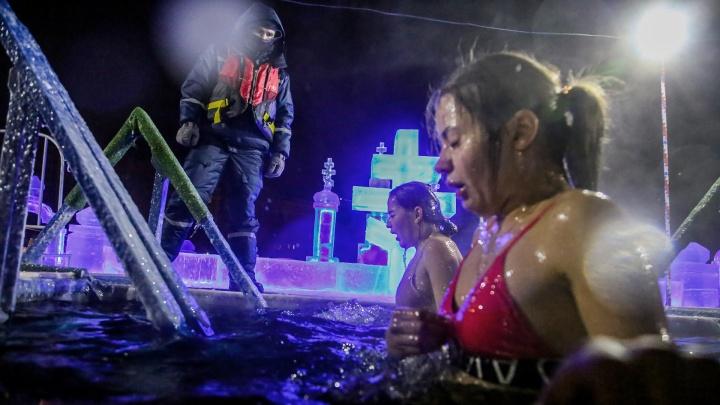 Окунись и не заразись: как уфимцы отмечают Крещение Господне во время пандемии ковида