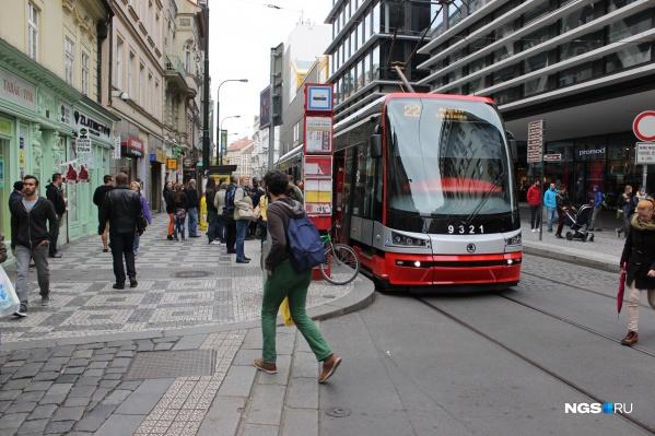 Как сделать так, чтобы трамвай не мешал автомобилям? В Праге, например, машины просто убрали с тех улиц, где проложены рельсы