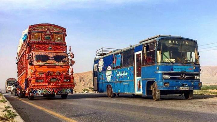 Байкер из Кунгура сделал HappyBus из старого автобуса и путешествует на нем по Азии