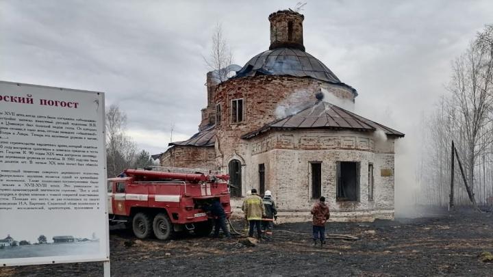 Горела вместе с 11 домами: в Архангельской области пожар повредил церковь, признанную памятником