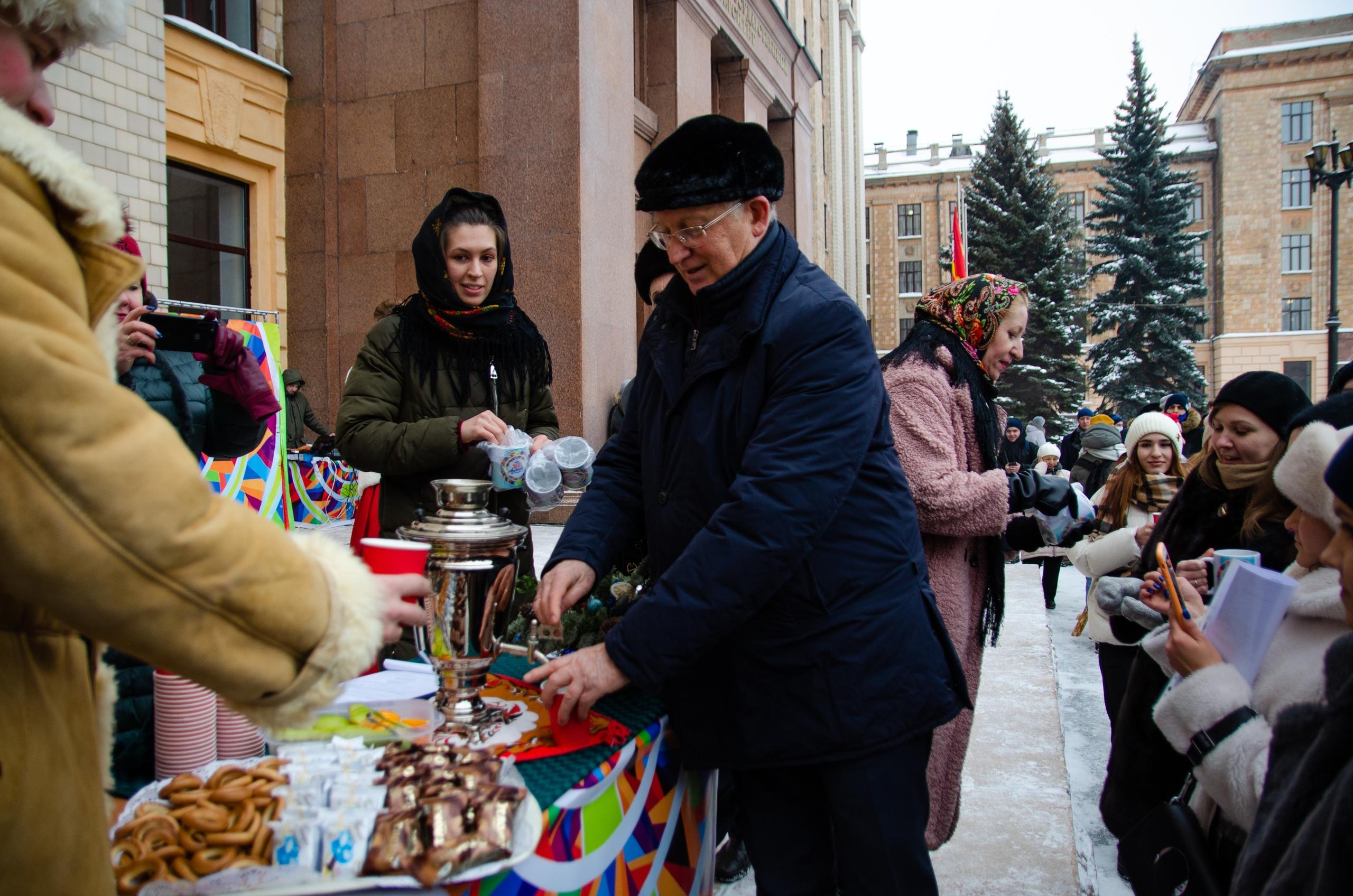 Александр Шестаков лично угощал студентов горячими напитками из самовара