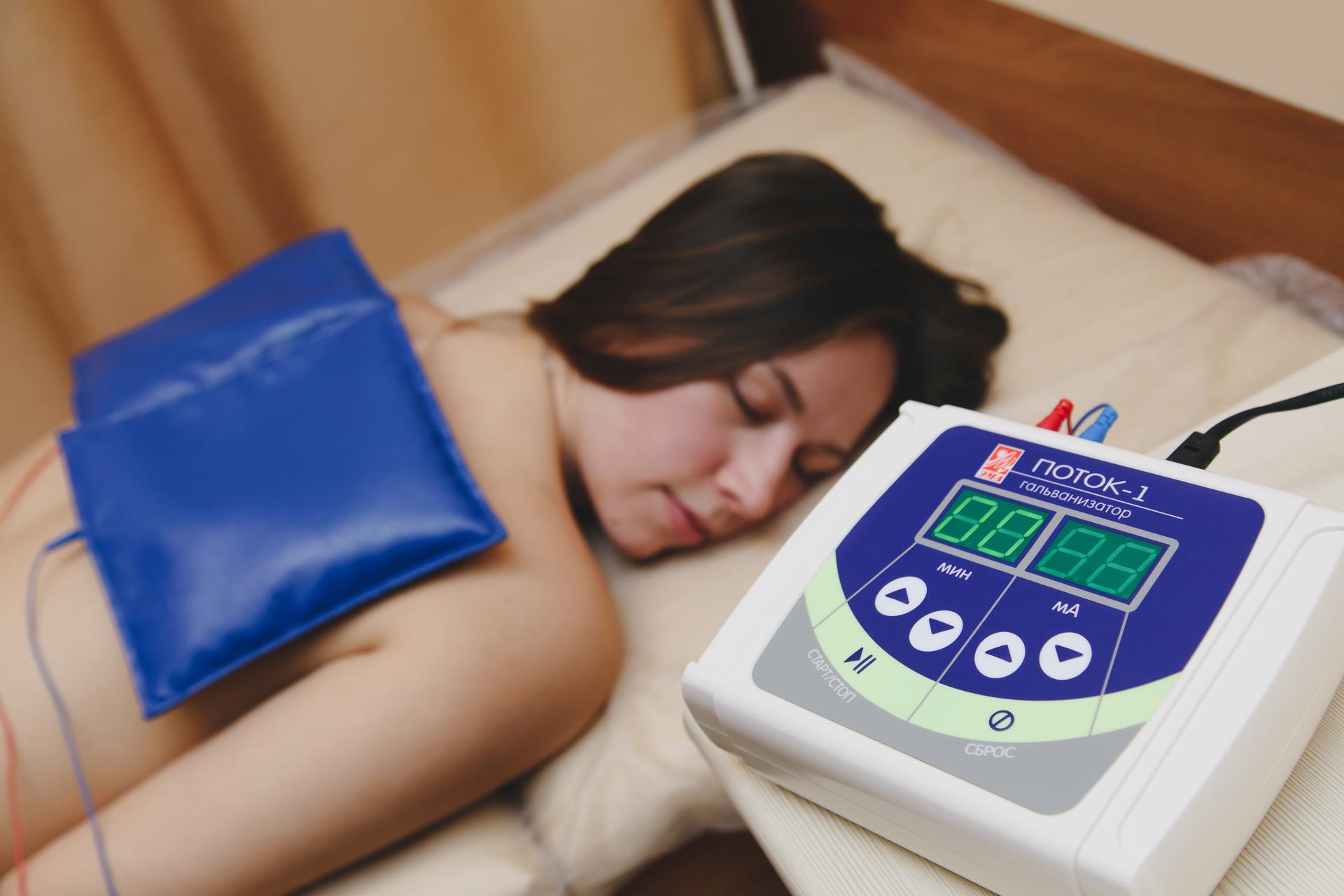 Реабилитационное физиолечение включает фонофорез,электрофорез, магнитотерапию, лазеротерапию, УФ-терапию