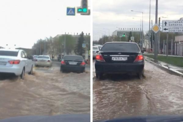 Машины передвигаются по капот в воде