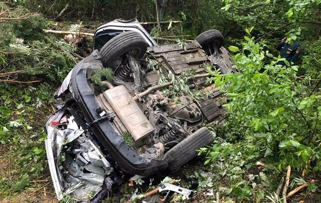Водитель мог уснуть за рулем: на тюменской трассе иномарка с детьми улетела в кювет