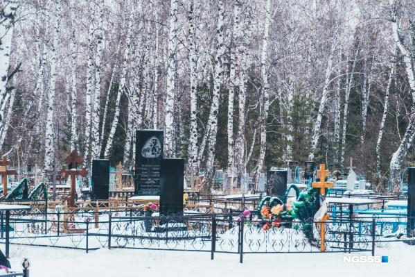 Еще недавно проблему нехватки мест на городских кладбищах решали за счет сельских, но теперь и туда путь заказан