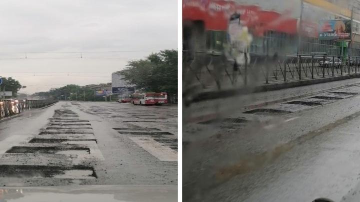 Настоящий квест для водителей: дорогу на проспекте Дзержинского изрезали квадратными ямами
