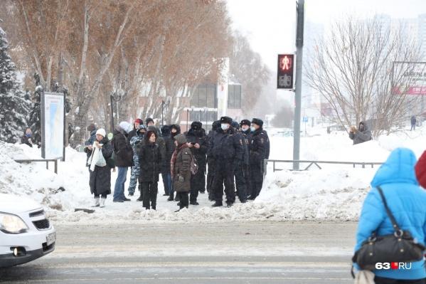 Полицейские дежурят на пешеходных переходах