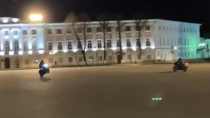 В Ярославле байкеры устроили гонки на Советской площади. Видео