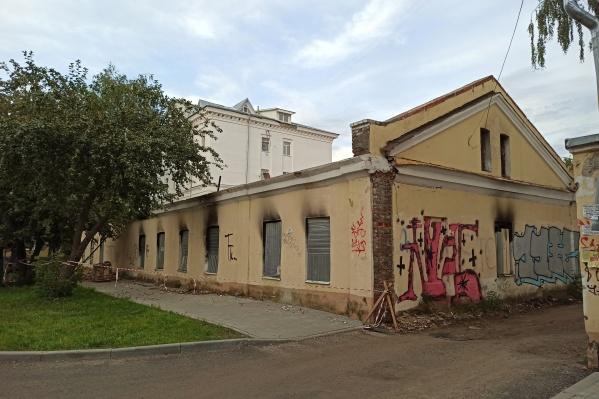 Исторический дом на улице Максимова в Ярославле начали сносить без разрешения