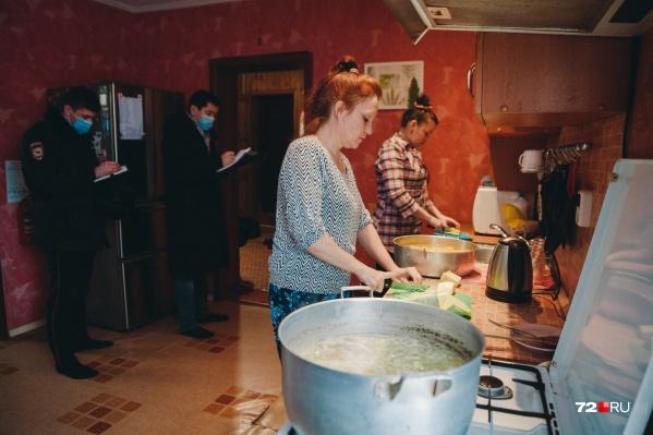 Проверить благотворительный дом «Путь преодоления» приехали представители УМВД, МЧС, прокуратуры. Вот так выглядит кухня в организации для помощи людям с трудной судьбой