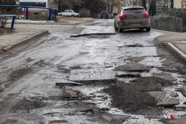 В мэрии Волжского уверяют: ремонт дороги асфальтовой крошкой — временная мера