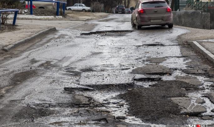 «Вот за это мы платим налоги»: в Волжском городскую дорогу отремонтировали срезанным асфальтом