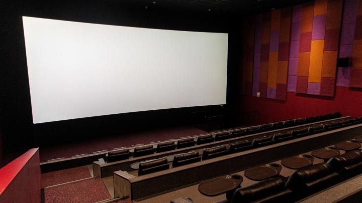 Кинотеатр самообслуживания: тест-драйв из новых залов, где раскладываются кресла, а на входе есть супермаркет