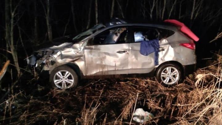 Машина улетела с трассы: в Ярославской области водитель пострадал при столкновении автомобиля слосем