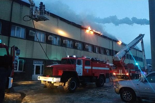 К приезду пожарных огонь охватил всю крышу двухэтажного здания